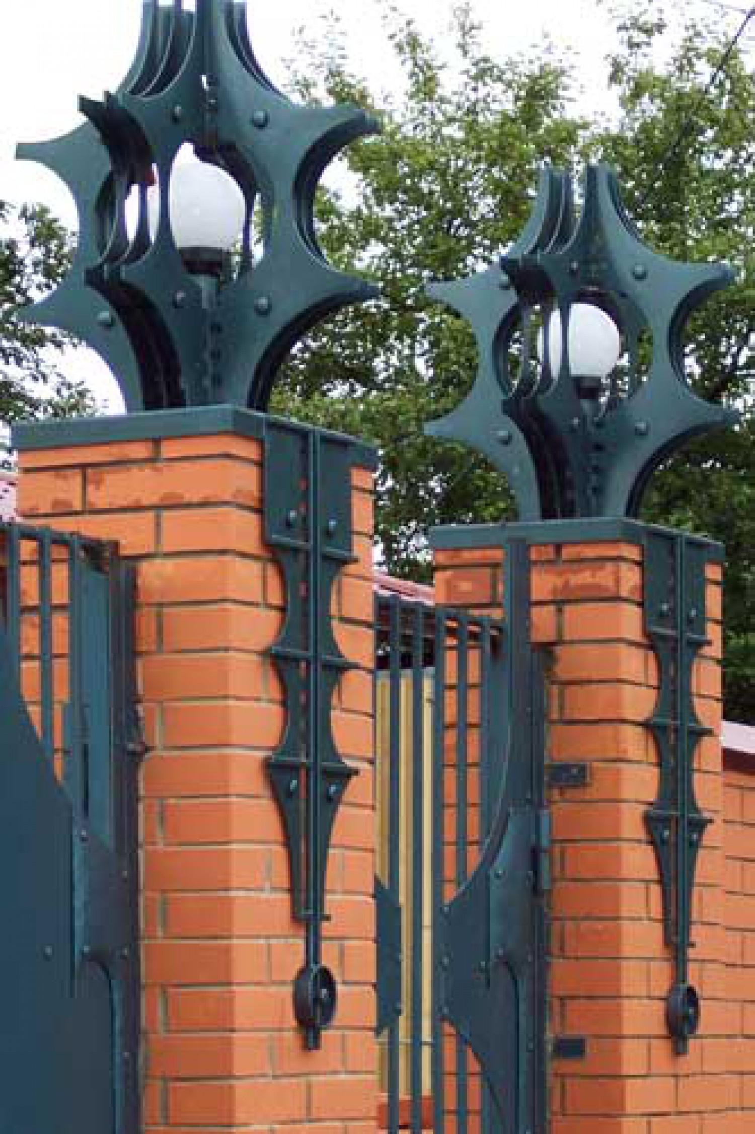 В.Ф.Ковалёв. Ворота с фонарями. 2004. Металл, ковка.