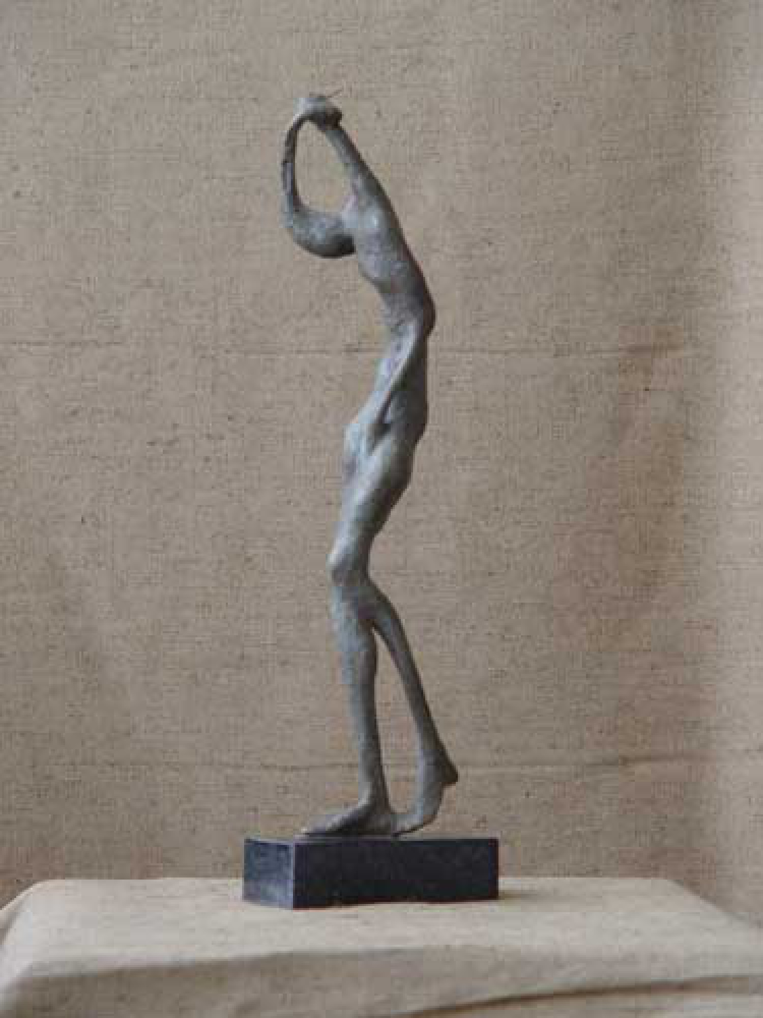А.В.Зверков. Оглянувшаяся. 2006 г. Бронза, гранит. 49х10х14,5 см.