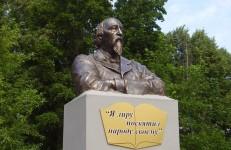 Бюст поэта Н.А.Некрасова в пос.Некрасовское