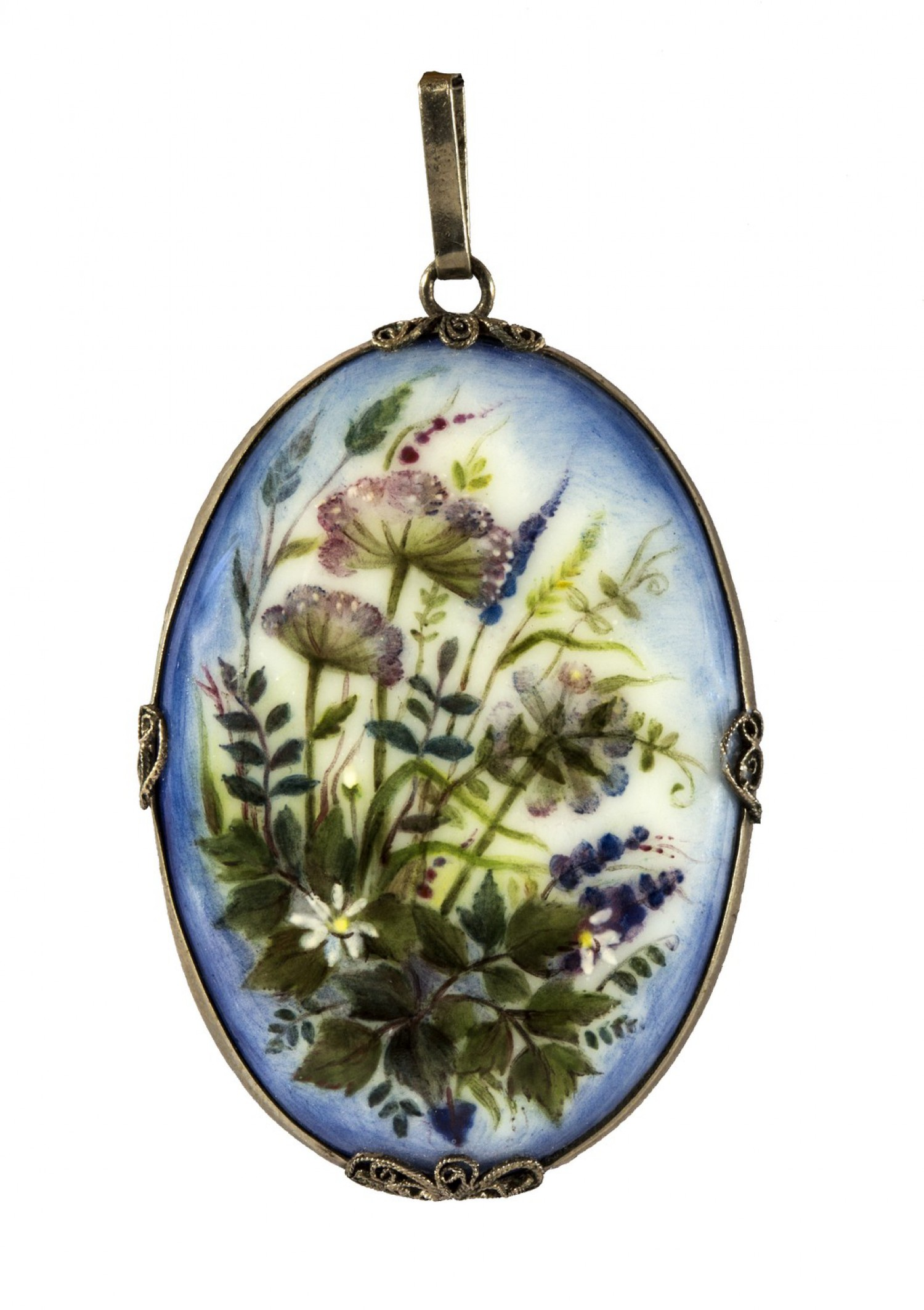 И.А. Алексеева, ювелир А. Г. Алексеев. Кулон «Лето». 1991. Медь, эмаль; мельхиор, скань, 6,3 × 3,4. ГМЗ «Ростовский кремль».