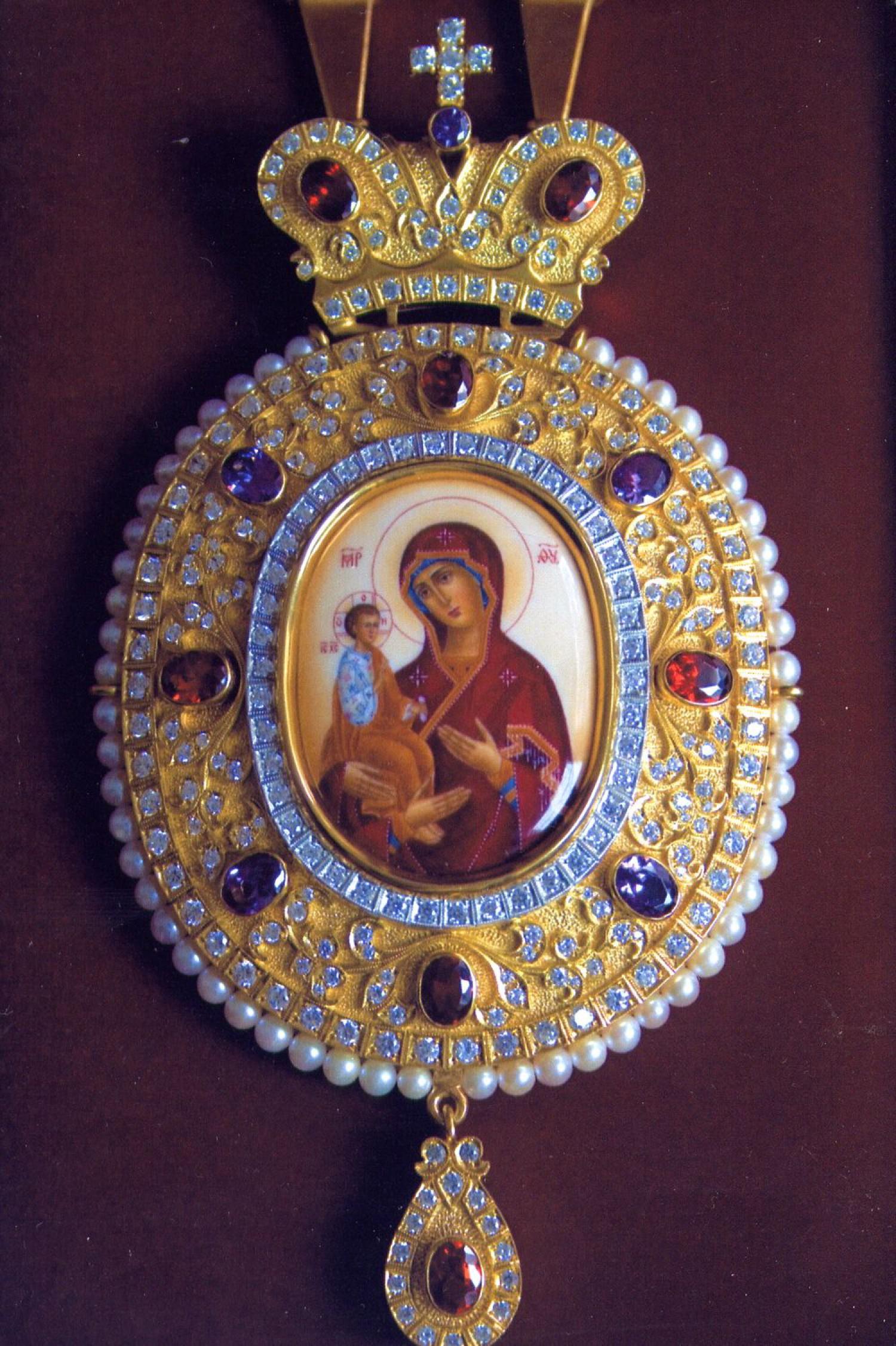 """А.Н.Чирьев. Панагия """"Троеручица"""". 2009 г. Серебро, аметисты, фианиты, финифть.  Выпиловка, гравировка, закрепка, монтировка, золочение. 8,5х13,5 см."""