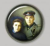 В.И. Поляков. Семейный портрет. 2012. Медь, эмаль, серебро. 8х8х1 см. Частная коллекция.